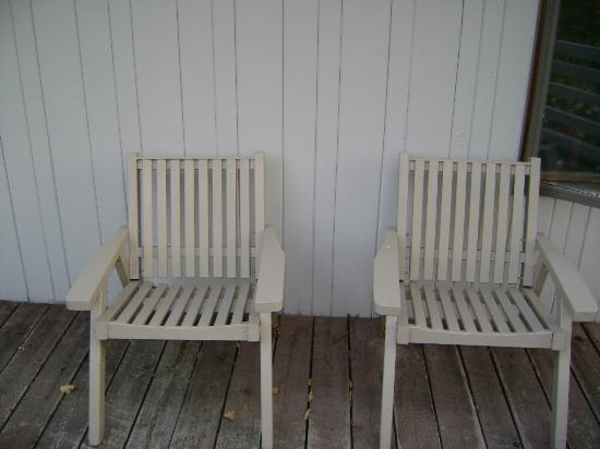 Thomsonite Beach Inn & Suites: Personal deck chairs.
