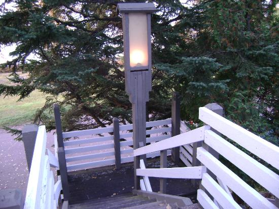 Thomsonite Beach Inn & Suites: This light comes on at night on the stairway.