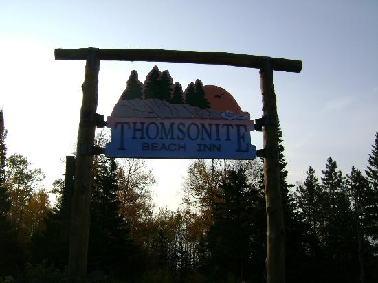 ‪‪Thomsonite Beach Inn & Suites‬: The sign out front.