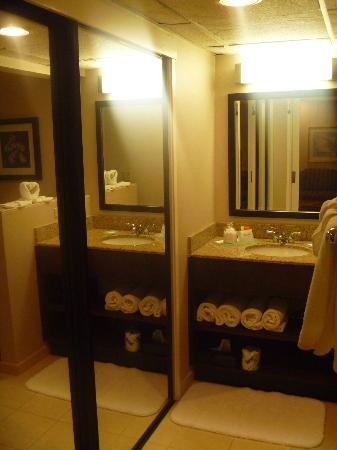 Empress Hotel: Bathroom
