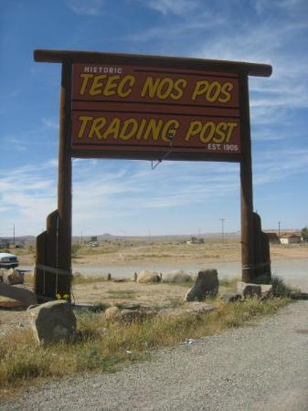 Teec Nos Pos, AZ: Trading Post Sign