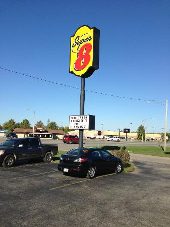 Super 8 by Wyndham du Quoin: AVOID THIS PLACE UNLESS YOU STILL SMOKE!!!!!