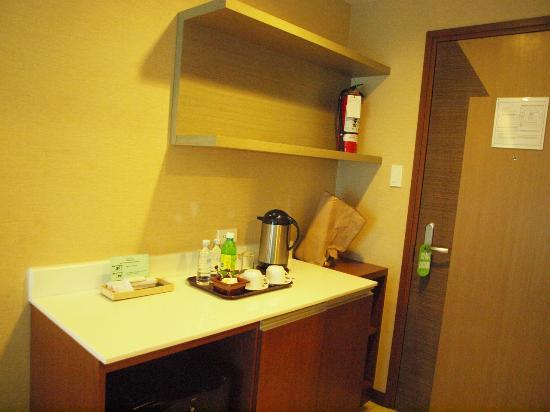 One Tagaytay Place Hotel Suites: Thermos Heater, Tea Coffee, Cream, Sugar