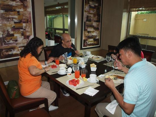 One Tagaytay Place Hotel Suites: Breakfast