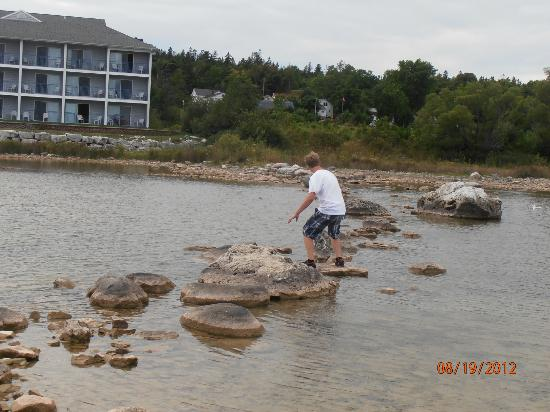 Best Western Harbour Pointe Lakefront: Walking across the stone path in the water.