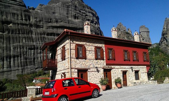 Guesthouse Sotiriou : Nestled right between the cliffs