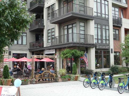 The Ice Cream Show : the patio is the best place to eat