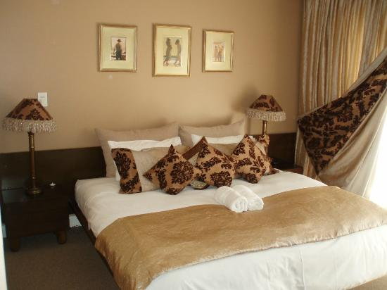 Mount Edgecombe Estate Lodge: Our bedroom, ground floor