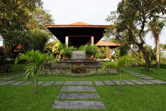 Singgasana Hotel Surabaya: depan lobby