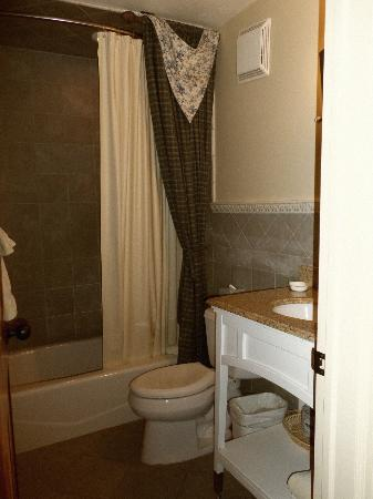 Annabelle Inn: Our bath
