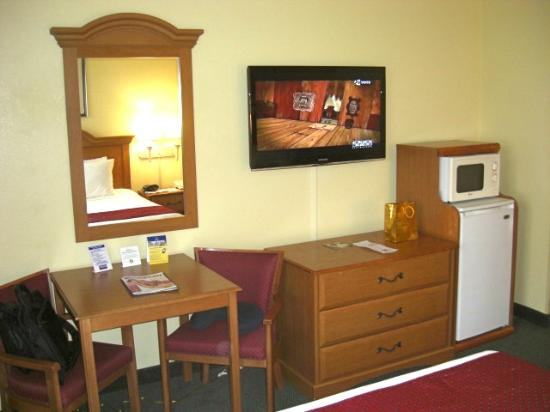 Best Western Fort Myers Inn & Suites: Nice TV