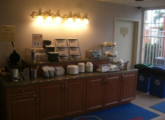 BEST WESTERN Fort Myers Inn & Suites: One of the Breakfast tables