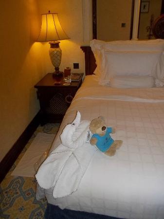 Jumeirah Mina A'Salam: ベッドにタオルでキュートな飾りが