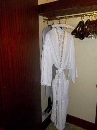 Jumeirah Mina A'Salam: バスローブもクローゼットの中も豪華です