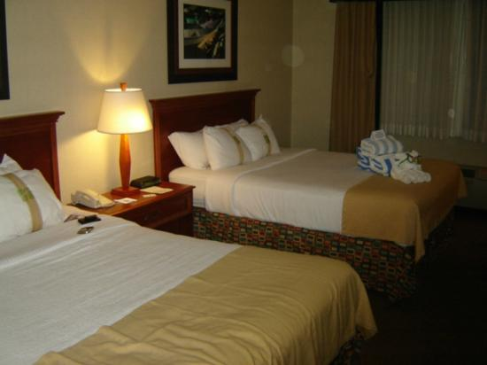 Holiday Inn Resort Lake George: Two queens, very comfortable and soft and firm pillows