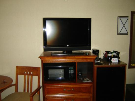 Holiday Inn Resort Lake George: TV, fridge, coffee maker and microwave