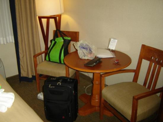 Holiday Inn Resort Lake George: table and chairs in room