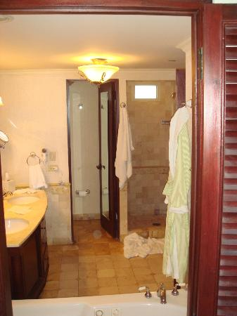 El San Juan Resort & Casino, A Hilton Hotel: Large, clean bathroom
