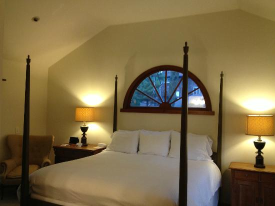 Hampton Maid: Four poster bed, high cathedral ceiling