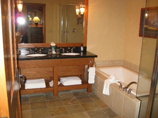 Sunriver Resort: Amazing bathroom with spa tub and glass / tile shower