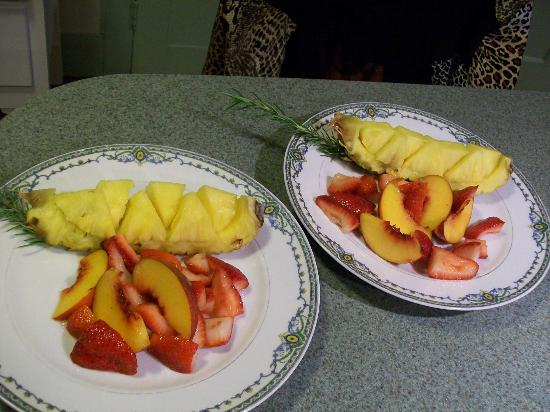 Langdon House Bed and Breakfast: fresh fruit for breakfast 