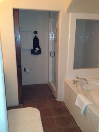 Spanish Garden Inn: bathroom