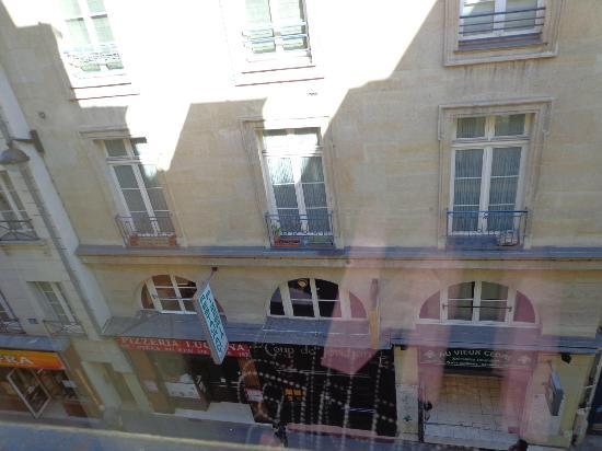 Hotel le Petit Paris: View outside our Window of Street
