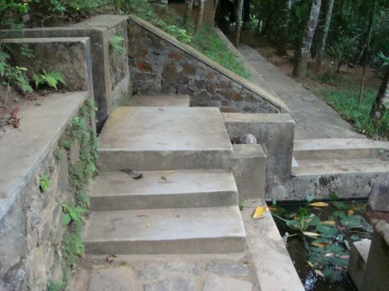 Kandy Samadhi Centre: Footpath