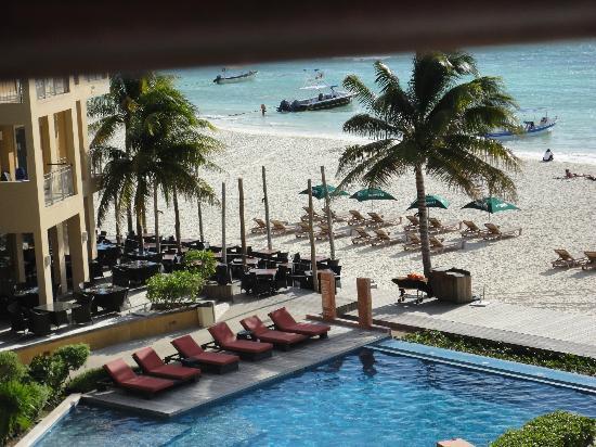 Residences El Faro: comedor y playa del hotel