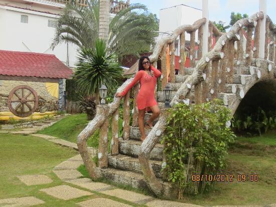 Royal Oberoi Resort Hotel: The spa side of the bridge.
