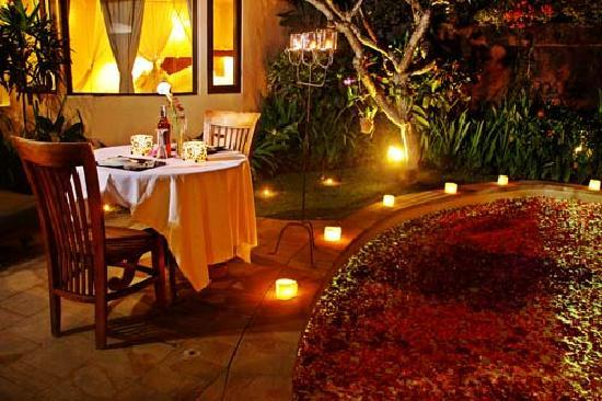 Dyana Villas: romantic candle light dinner