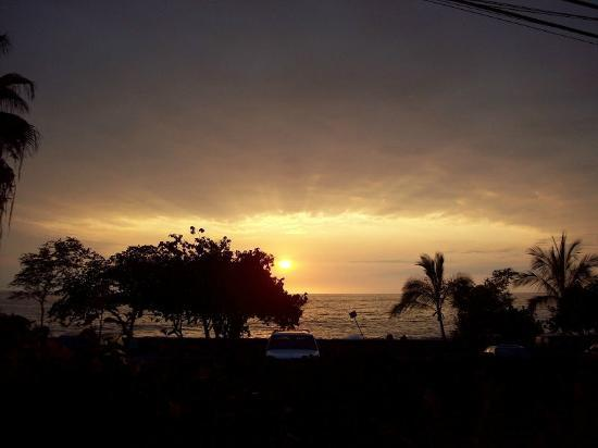 Kona Sugar Shack: Sunset over the beach from KSS