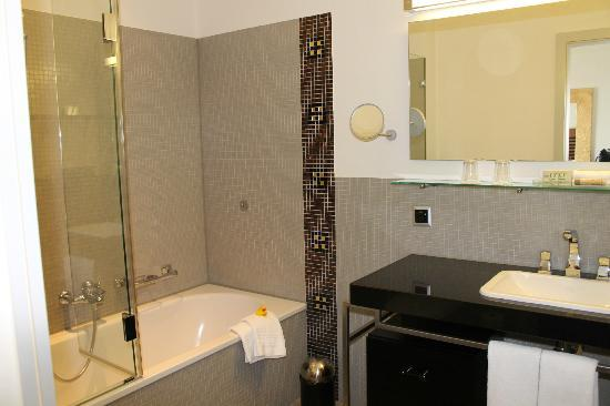 Art Deco Hotel Montana Luzern: Lake view room bathroom
