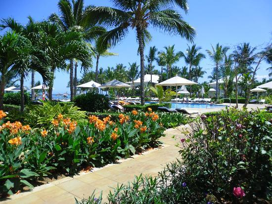 Sugar Beach Golf & Spa Resort: Gardens and Pool