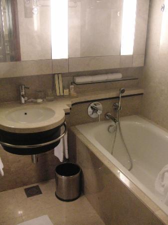 Shangri-La Hotel Kuala Lumpur: Bathroom