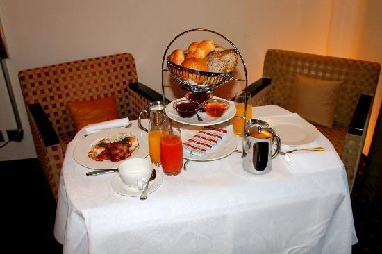 Art Deco Hotel Montana Luzern: Room service breakfast
