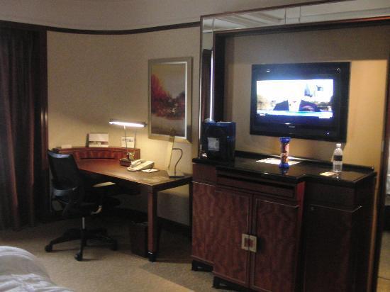 Shangri-La Hotel Kuala Lumpur: TV in room