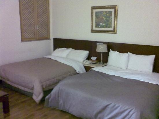 Hotel Queen Incheon Airport: Queen-size twin beds & wooden window panel
