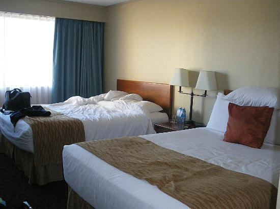 The Thompson Hotel and Conference Centre : comfortable bedroom