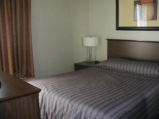 Sandman Suites Vancouver - Davie Street: standard size bed