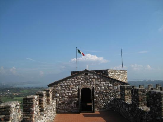 Fondazione Ugo Da Como: Panorama lungo le mura all'interno della Rocca