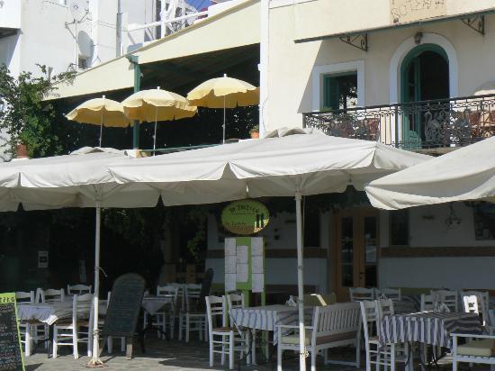 To Spitiko : La façade du restaurant avec les 2 noms grec et français