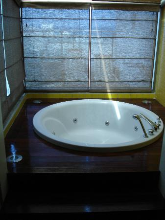 Rixos Sungate: jacuzzi in the bathroom