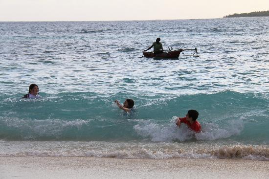 Eratap Beach Resort : Swimming with the locals,hope we didn't scare the fish.....