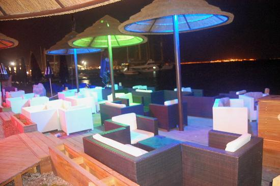 Red Sea Hotel: The restaurant at night