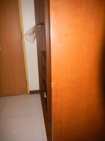 Hotel Ibis Yogyakarta Malioboro: old and scratch furniture