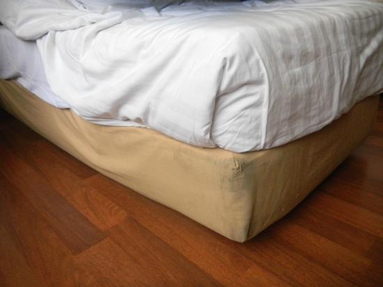 โฮเต็ลไอบิส มาลิโอโบโร: Black stain on the bed Linen