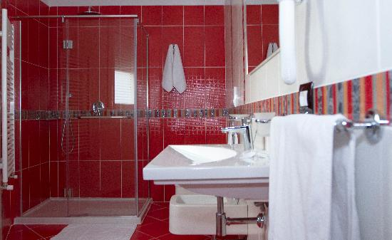 White Dream Hotel: Large and modern equipped bathroom