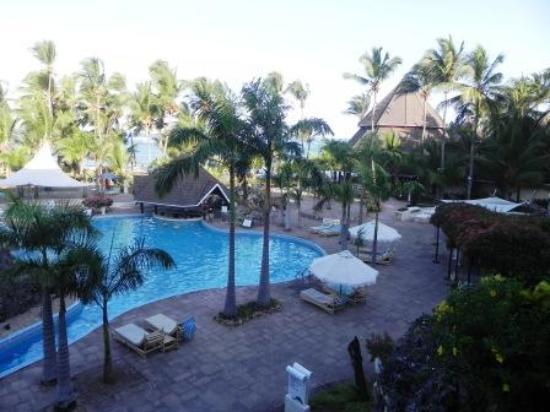 Diani Reef Beach Resort & Spa: Pool Area