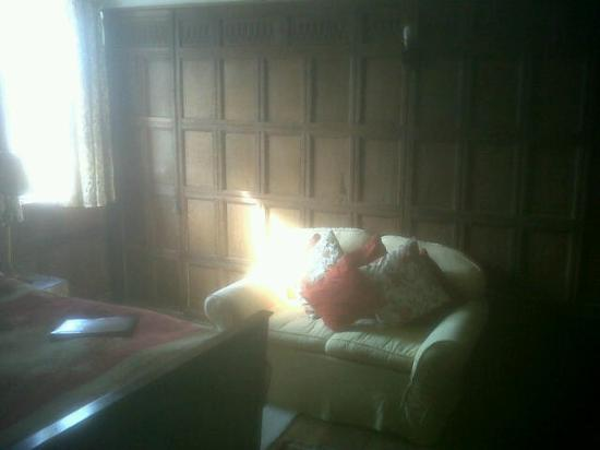 Soulton Hall: Warm and serene reading room!